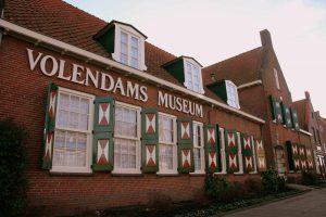 Kozijnen die zijn geschilderd voor het museum in Volendam
